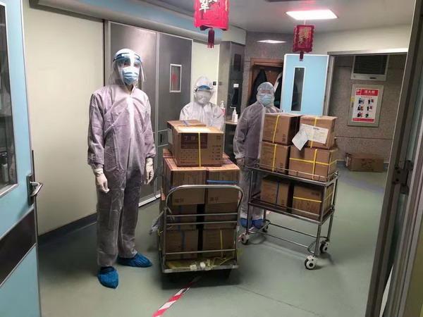 0211武汉两个医院接收长江手套 甜蕾_调整大小.jpeg