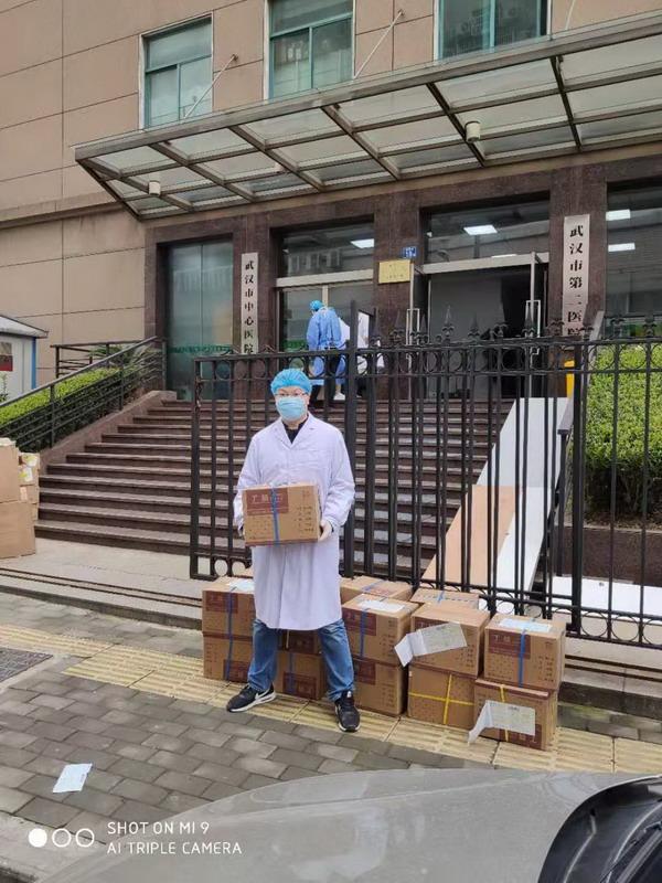 0211武汉中心医院接收长江手套1 甜蕾_调整大小.jpeg