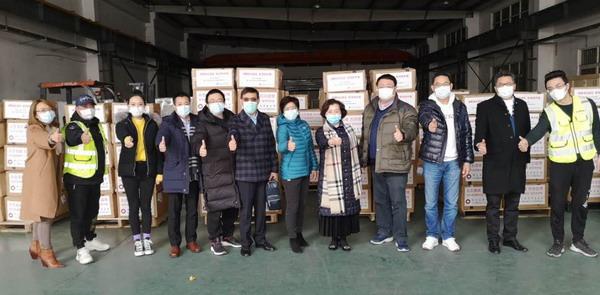 0219锦天城捐赠的1万套防护服到达浦东仓库_调整大小.jpg