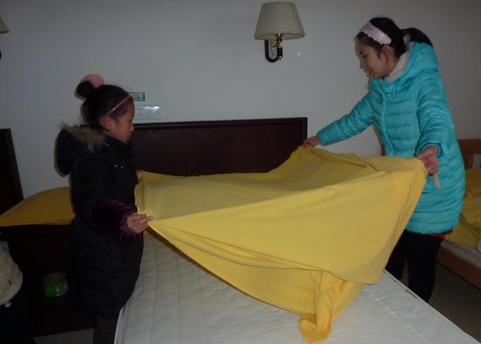 孩子跟着自己的家长学习做家务