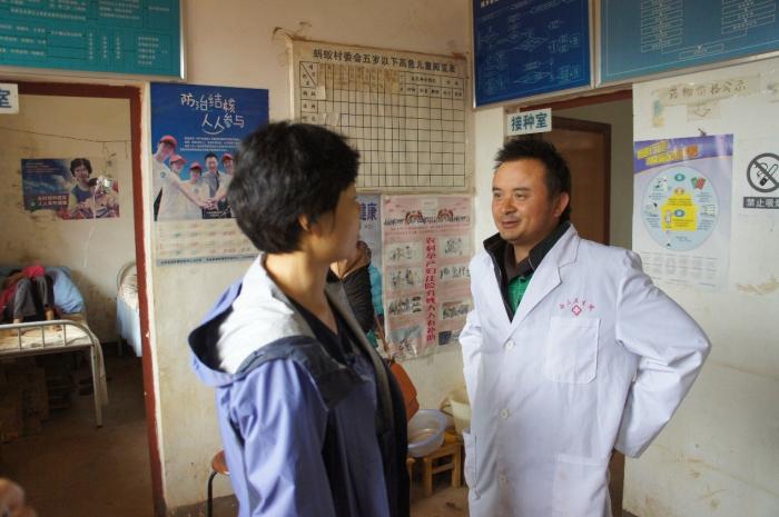 邹蔚秘书长询问蚂蚁村卫生室医生当地妇幼保健情况