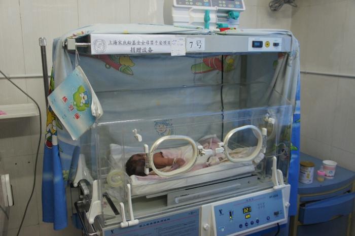 我会援助弥勒市妇幼保健院的婴儿培养箱在抢救婴儿的过程中发挥着积极的作用