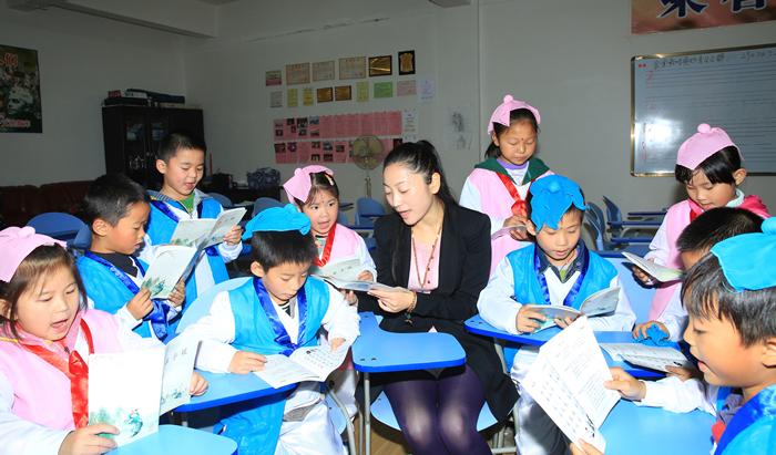 公益国学堂的学生们在老师指导下朗诵《弟子规》